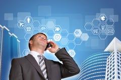 Affärsman som talar på telefonen Skyskrapor och Royaltyfri Fotografi