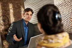 Affärsman som talar till den kvinnliga partnern Arkivfoto