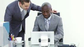 Affärsman som talar till en kollega i hans kontor lager videofilmer