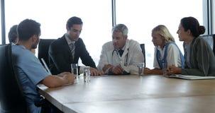 Affärsman som talar till ett medicinskt lag lager videofilmer