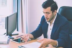 Affärsman som tar anmärkningen på intervjumeritförteckningrapport arkivfoton