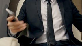 Affärsman som tar en plats i lyxig stråle stock video