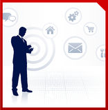 Affärsman som tar fram internet på mobiltelefonen Arkivfoton