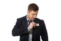 Affärsman som tar hans personliga kort Arkivfoto
