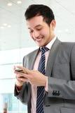 Affärsman som texting ett meddelande Royaltyfria Bilder
