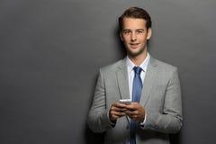 Affärsman som texting ett meddelande Royaltyfri Bild