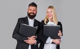 affärsman som tillsammans arbetar Stående av att samarbeta för affärsman och för affärskvinna bakgrundsaffärspar som isoleras öve royaltyfri foto