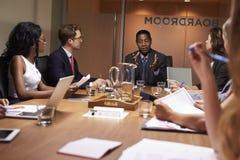 Affärsman som tilltalar upp kollegor på ett möte, slut royaltyfria bilder
