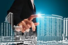 Affärsman som trycker på en byggnad eller en cityscape royaltyfri foto