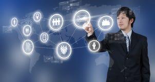 Affärsman som trycker på på den digitala symbolen för email, affärsidé Royaltyfria Foton