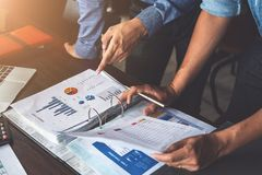 Affärsman som två planerar strategi på skrivbordet med skrivbordsarbete, strateglag, analyserar data eller information royaltyfri bild