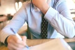 Affärsman som undertecknar en förlaga arkivbild