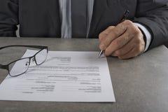 Affärsman som undertecknar ett avtal som gör ett avtal, klassisk affärsidé Royaltyfria Bilder