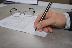 Affärsman som undertecknar ett avtal som gör ett avtal, klassisk affärsidé Arkivbilder
