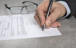 Affärsman som undertecknar ett avtal som gör ett avtal, klassisk affärsidé Arkivfoton