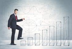 Affärsman som upp förestående klättrar dragit grafbegrepp Arkivfoton