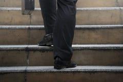 Affärsman som upp klättrar en konkret trappuppgång royaltyfri foto