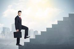 Affärsman som upp klättrar ett konkret trappuppgångbegrepp Arkivfoton