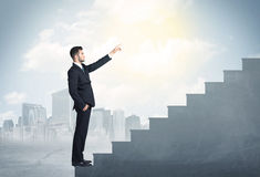 Affärsman som upp klättrar ett konkret trappuppgångbegrepp Royaltyfri Foto