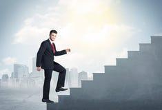 Affärsman som upp klättrar ett konkret trappuppgångbegrepp fotografering för bildbyråer