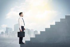 Affärsman som upp klättrar ett konkret trappuppgångbegrepp arkivfoto