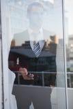affärsman som ut ser fönstret Royaltyfri Fotografi
