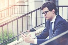 Affärsman som utanför använder telefonen, tonat royaltyfria foton