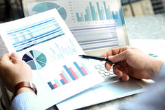 Affärsman som utanför arbetar och analyserar finansiella diagram på grafer på en bärbar dator arkivfoton