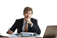 Affärsman som utarbetar ett problem Arkivfoton