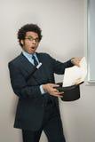 Affärsman som utför magiska trick Arkivfoton