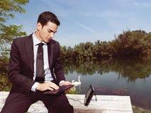 Affärsman som utomhus använder bärbar dator b Arkivfoton