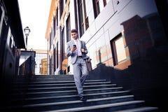 Affärsman som utomhus använder smartphonen Arkivbilder