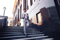 Affärsman som utomhus använder smartphonen Arkivfoto