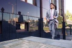 Affärsman som utomhus går på trappa royaltyfria foton