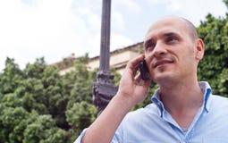 Affärsman som utomhus talar på mobiltelefonen Royaltyfria Bilder