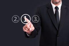 Affärsman som väljer den digitala knappen för nummer ett från pekskärm Royaltyfri Foto