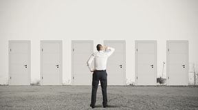 Affärsman som väljer den högra dörren Arkivbild
