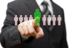 Affärsman som väljer den högra partnern från många kandidater Arkivfoton