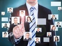Affärsman som väljer den perfekta kandidaten för jobbet Arkivbilder