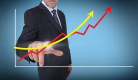 Affärsman som väljer en graf med pilar som pekar upp Royaltyfri Foto