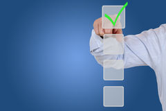 Affärsman som väljer ett checkboxval för affären, organizatio arkivbild