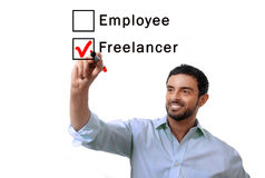 Affärsman som väljer freelanceren till anställd på formularen som tickar asken med den röda markören Arkivfoto