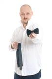Affärsman som väljer tien eller flugan Arkivbild