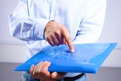 Affärsman som visar en mapp med viktiga dokument Royaltyfria Bilder