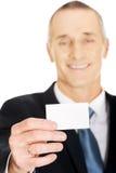 Affärsman som visar en tom identitet det kända kortet royaltyfri foto