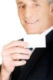 Affärsman som visar en tom identitet det kända kortet arkivfoton