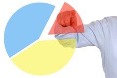 Affärsman som visar ett diagram för diagram för paj för affärsstatistik arkivbild