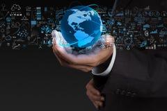 Affärsman som visar jorden 3d Arkivfoto