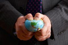Affärsman Squeezing Globe Over Nordamerika royaltyfri bild