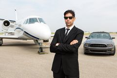 Affärsman Standing In Front Of Car And Private royaltyfri bild